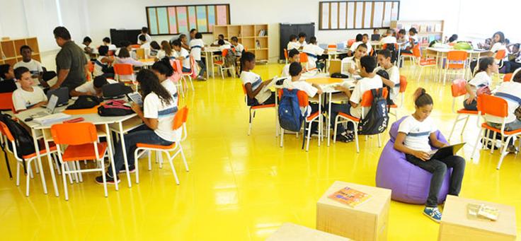 Projeto GENTE, localizado na comunidade da Rocinha, é formado por um ginásio que abriga novas tecnologias educacionais.