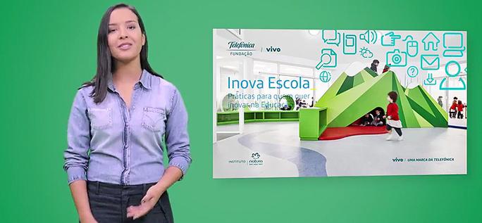 Apresentadora mostra livro Inova Escola, em fundo verde.