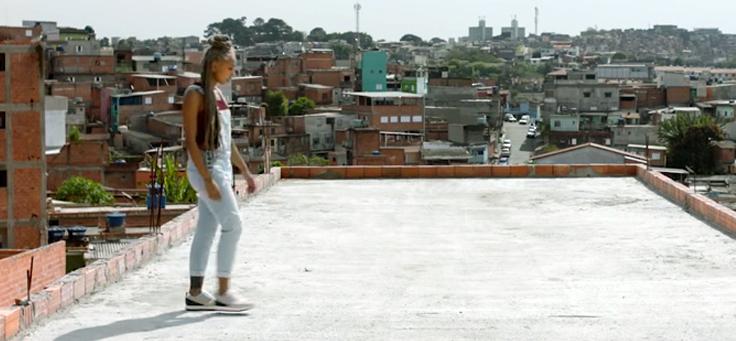 Imagem mostra a jovem escritora e artista Mel Duarte