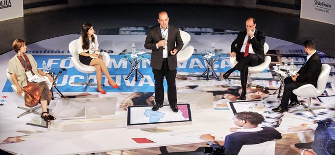 O diretor presidente da Fundação Telefônica Vivo, Americo Mattar, está em pé no centro do Tucarena