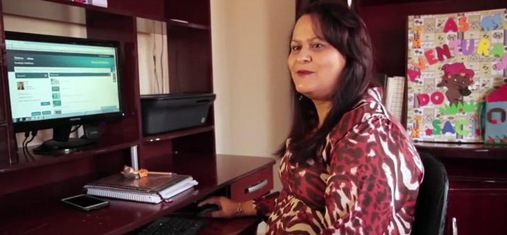 Imagem mostra uma professora participante da plataforma Escolas Conectada