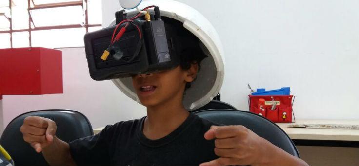 Imagem mostra menino usando um óculos de realidade virtual