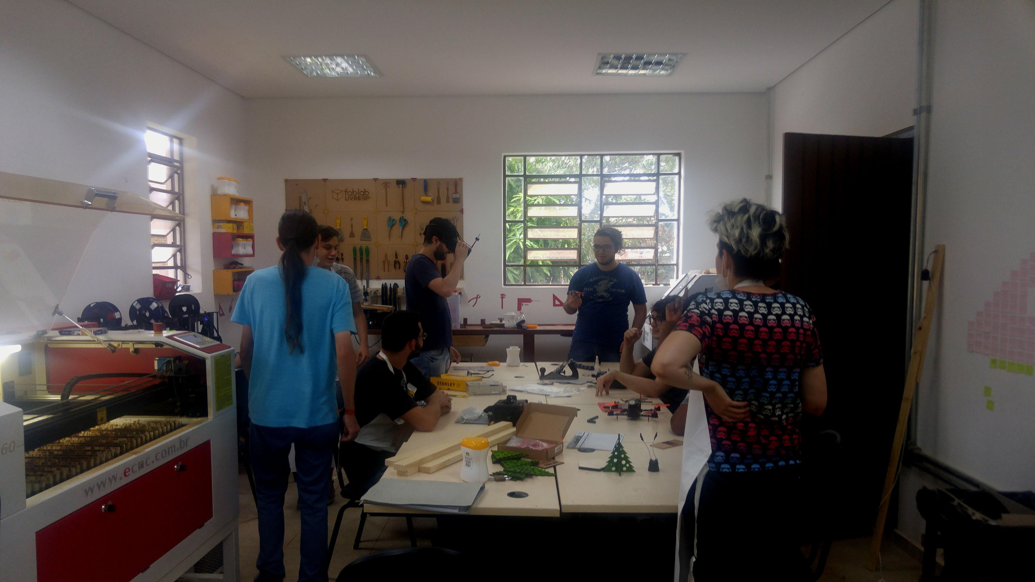 Imagem mostra o laboratório do Fab Lab SP Chácara do Jockey com alunos