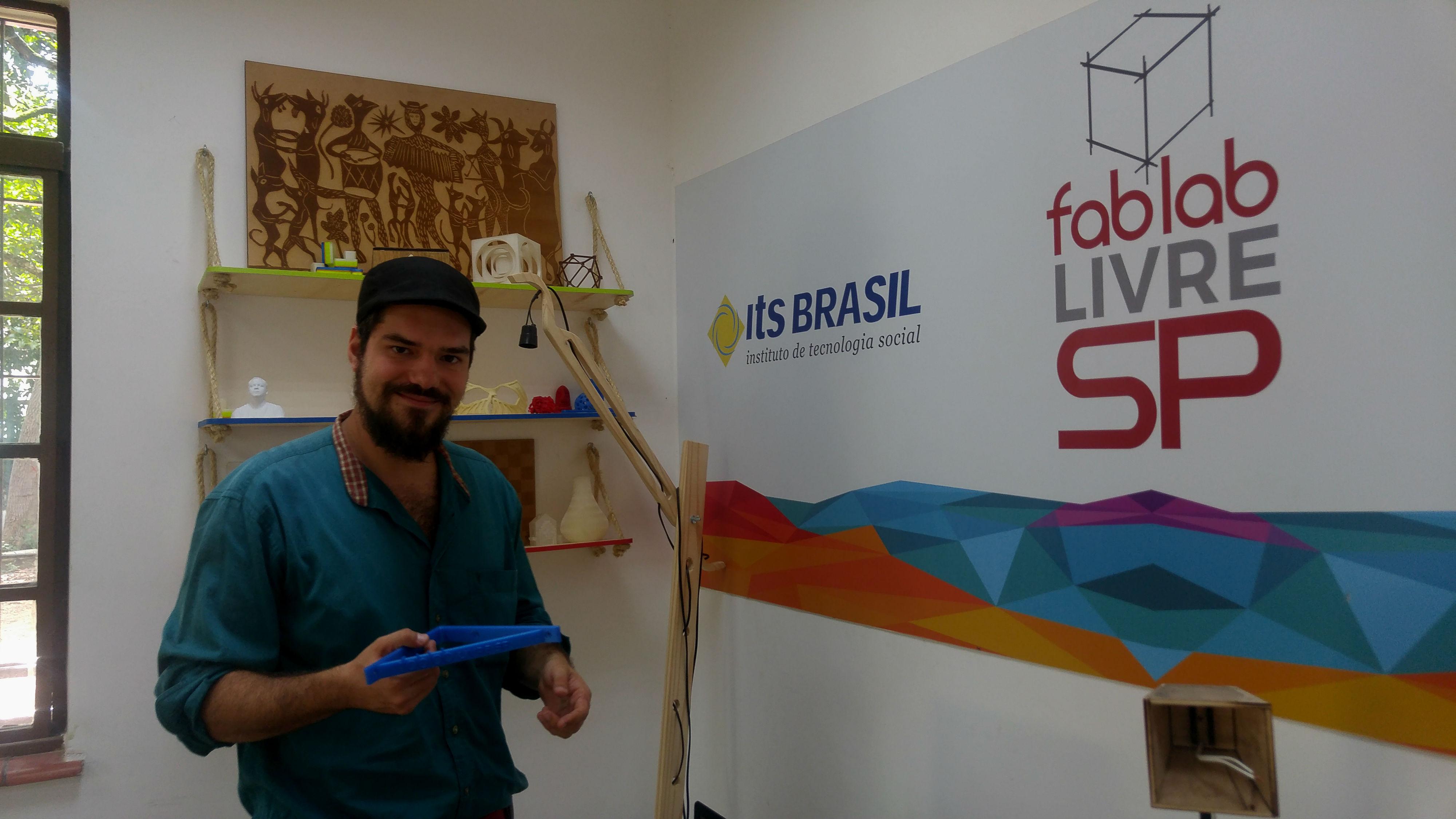 Imagem mostra Lucas Schlosinski usando uma boina. Ao fundo se lê Fab Lab SP