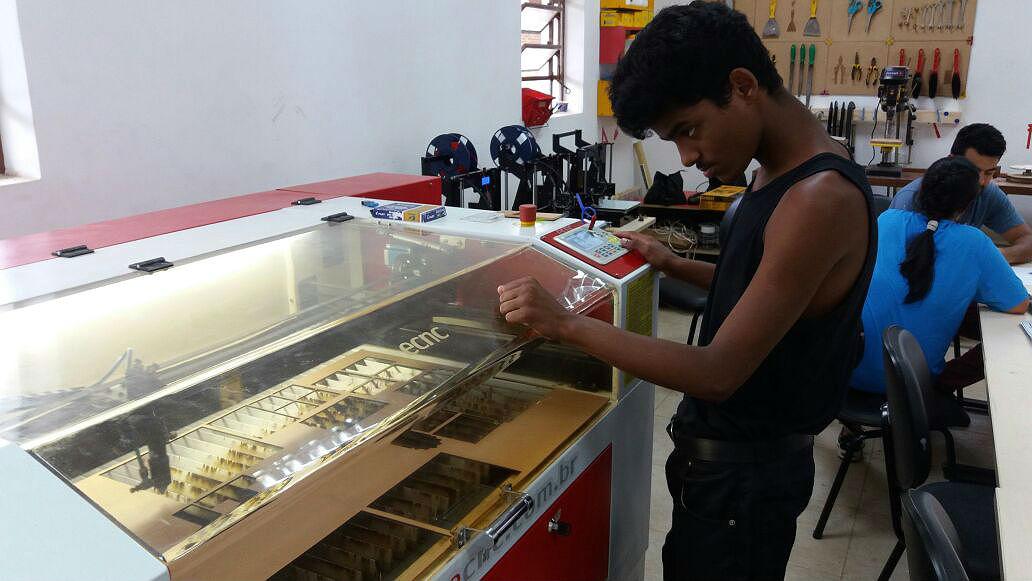 Imagem mostra o jovem Ricardo olhando para uma máquina