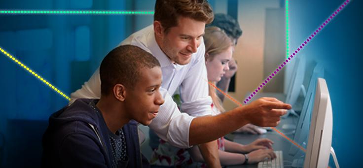 Imagem mostra dois homens em frente a um computador