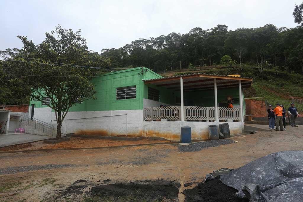 Imagem mostra a sede da ONG Chácara das Flores com a pintura desbodada e com entulhos na frente