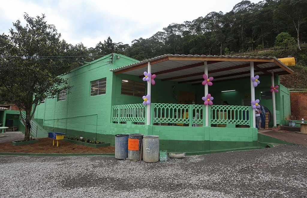 A fachada da ONG também ficou novinha em folha, com novas cores e sem entulho