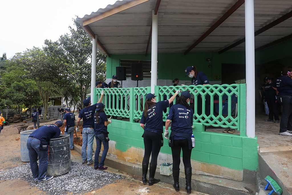 Colabradores trabalham nas instalaçãoes e fachadas da ONG Chácara das Flores no Dia dos Voluntários