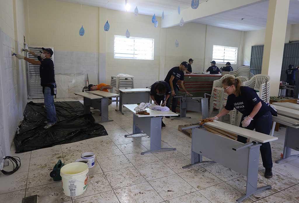 Colabradores trabalham nas instalaçãoes da ONG Chácara das Flores no Dia dos Voluntários