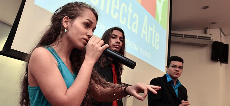 Raíssa de Oliveira, de 18 anos, criou com os amigos o aplicativo Conecta Arte, uma rede social para integrar as pessoas de sua comunidade por meio da arte e da promoção de atividades culturais