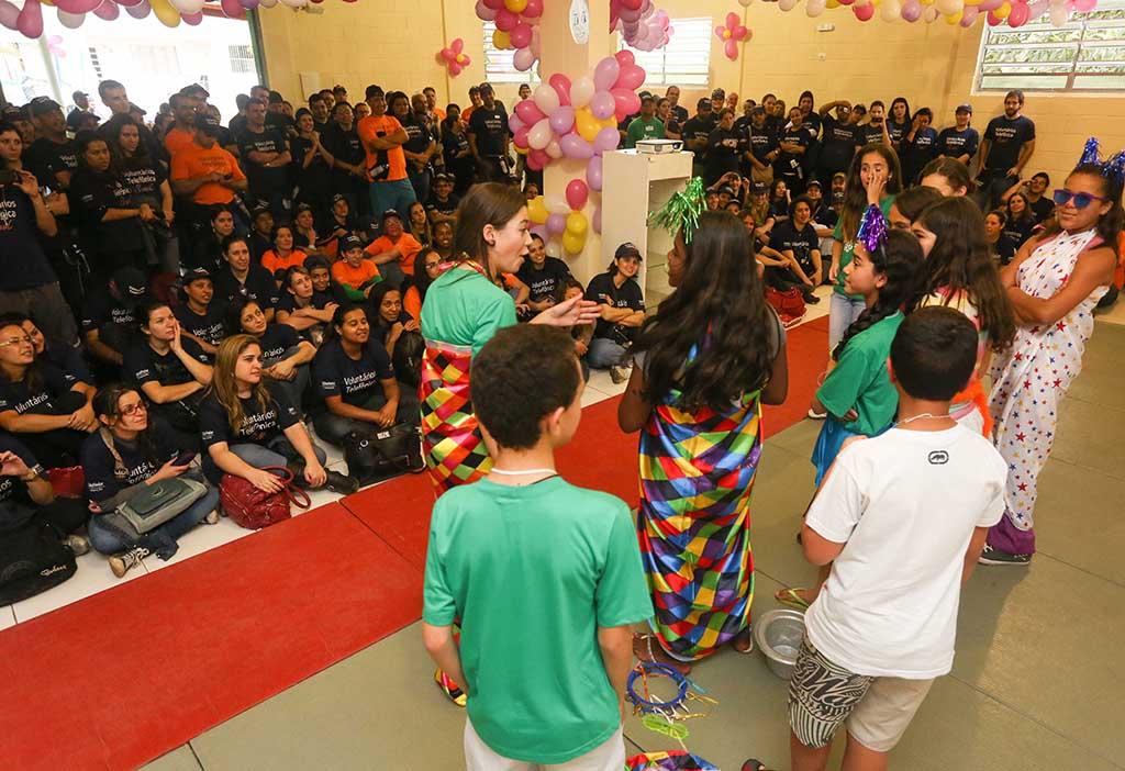 Crianças atendidas pela ONG Chácara das Flores se apresentam no Dia dos Voluntários