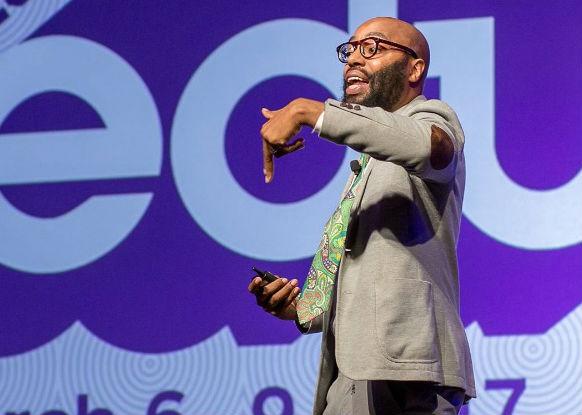 Chris Emdin professor do Departamento de Matemática, Ciência e Tecnologia da Teachers College, da Universidade de Columbia, também nos Estados Unidos, e uma das maiores referências quando o assunto é justamente inovar na educação.