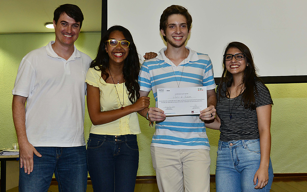 Luis Guggenberger, da Fundação Telefônica Vivo, e Thaiza Peotta, Vinicius Luche e Jéssica Maia, criadores do projeto Plástico de Mandioca