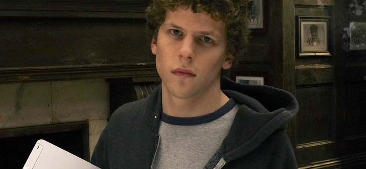Imagem mostra o ator Jesse Eisenberg no em cena no papel Mark Zuckerberg, criador do Facebook Book, no filme A Rede Social