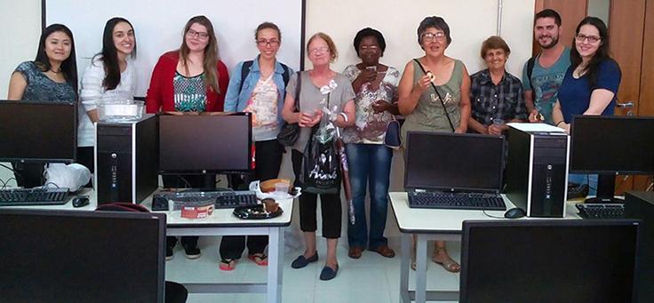 Mulheres em aula do projeto Alfabetização Digital em Londrina