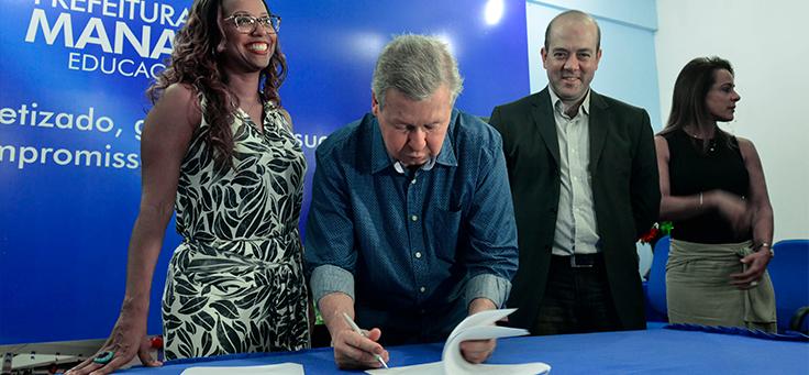 A secretária municipal de educação, Kátia Schweickardt, o prefeito de Manaus, Arthur Virgílio Neto, e Americo Mattar, presidente da Fundação Telefônica Vivo, no lançamento do ProFuturo - Aula Digital em Manaus