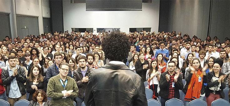 Imagem mostra bruno capão de frente para uma plateia