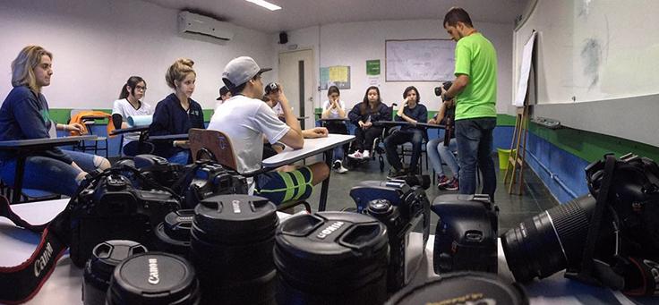 O Educador Márcio Motta em aula sobre fotografia. Seus alunos do ensino médio criam projetos de vida baseados em trabalhos fotográficos