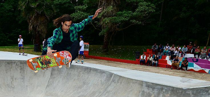 Imagem mostra homem fazendo manobra em um skate