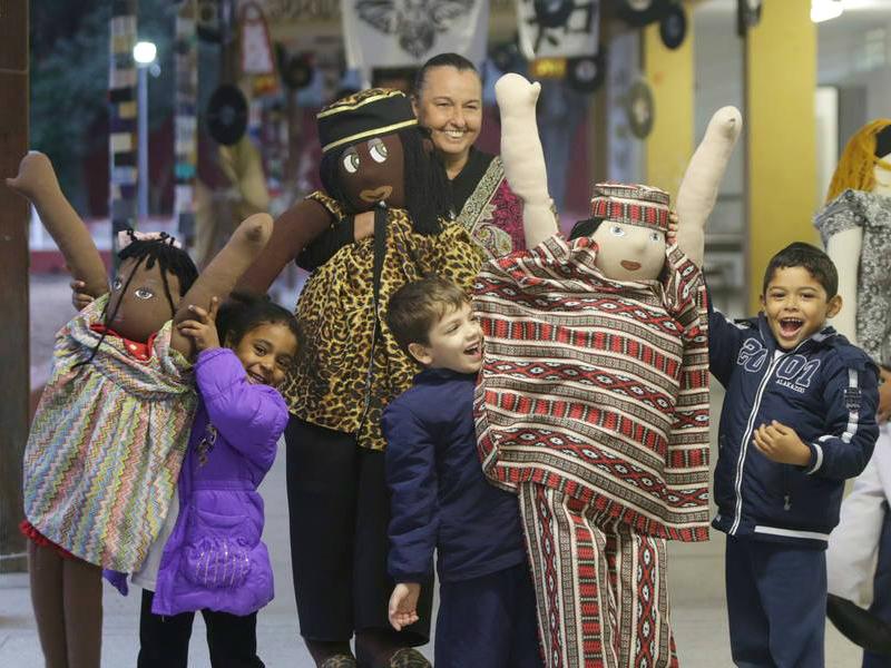 2011: O príncipe africano Azizi Abayomi e família chegam à escola e são recebidos por alunos e pela diretora Cibele Racy