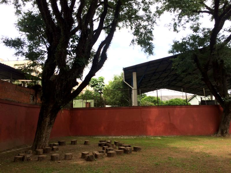 2017: Na Nelson Mandela, as aulas podem ocorrer no jardim. A escola é uma referência na educação em cultura de paz.