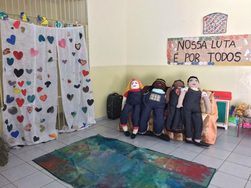 2017: Do lado de dentro da escola, o visitante se depara com quatro bonecos de pano em tamanho real, a família Abayomi.