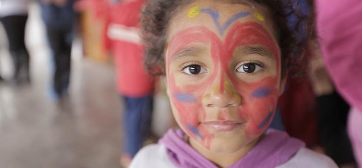 Criança com o rosto pintado