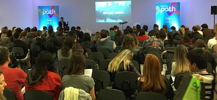 Pessoas assistem a palestra no Festival Path 2017