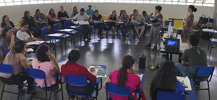 educadores em sala de aula