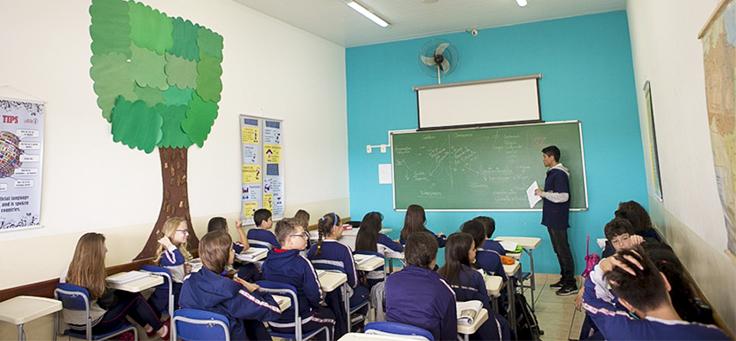 Professor Rodrigo Basílio em sala de aula