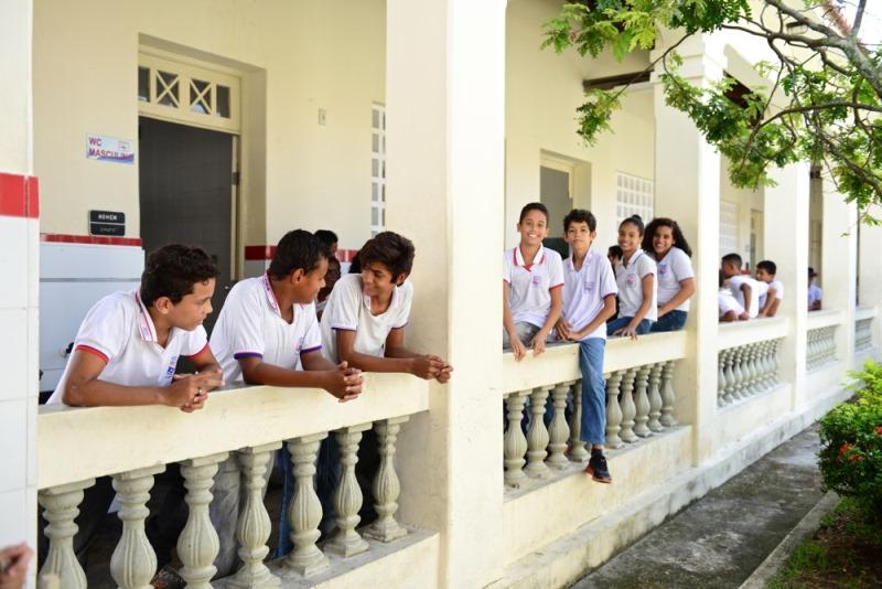 Alunos da Escola Estadual Rodrigues Dórea, em Aracaju, posam sorrindo para a foto