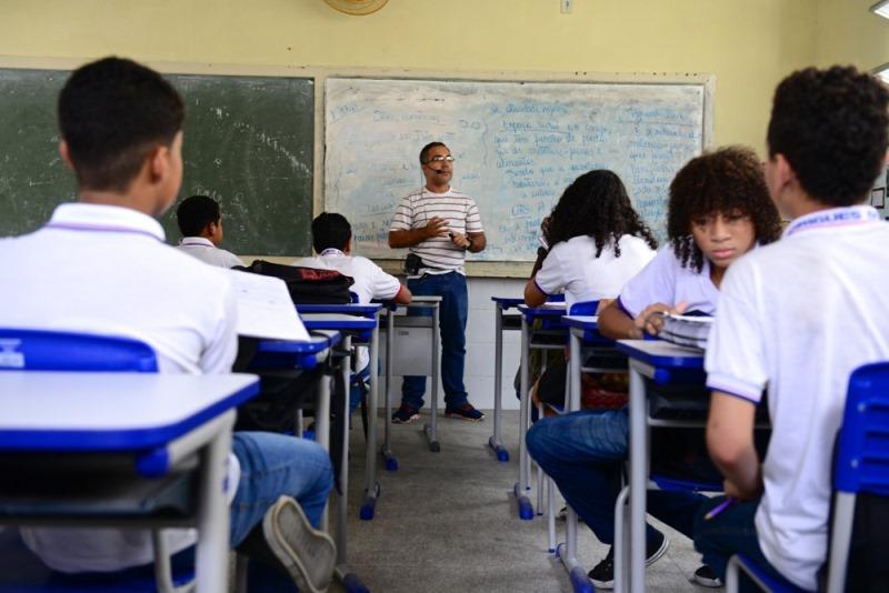 Professor em sala de aula da Escola Estadual Rodrigues Dórea