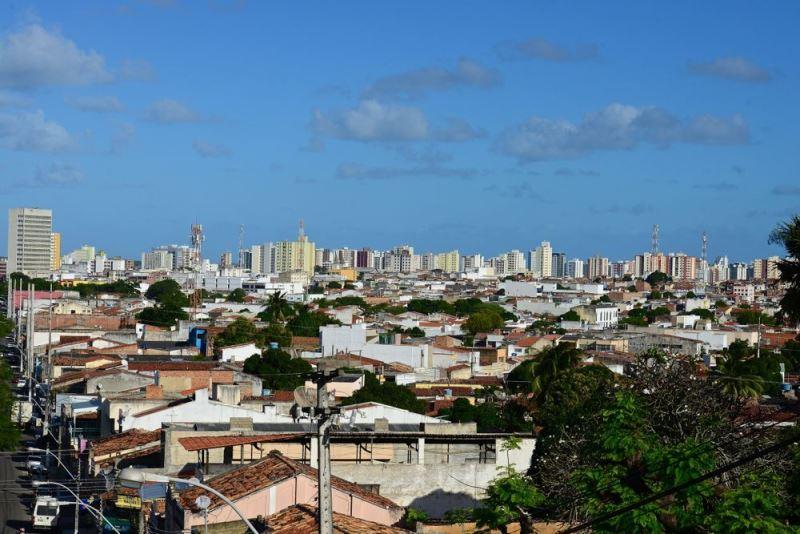 Vista da cidade de Aracaju, Sergipe. Prédios aparecem ao fundo da imagem