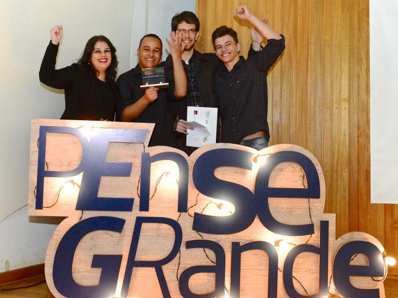 Grupo que desenvolveu o app Integra Mais, voltado para deficientes físicos, que traz as escolas adaptadas a este público, do bairro de São Mateus, em São Paulo.
