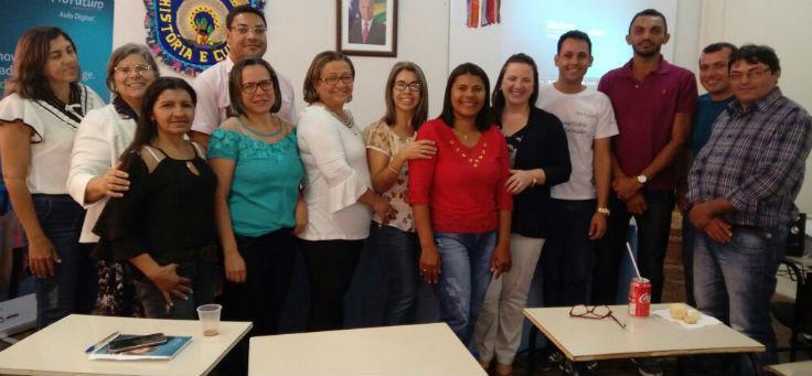 Professores e gestores posam para foto após receberem formação do projeto Aula Digital, em Sergipe
