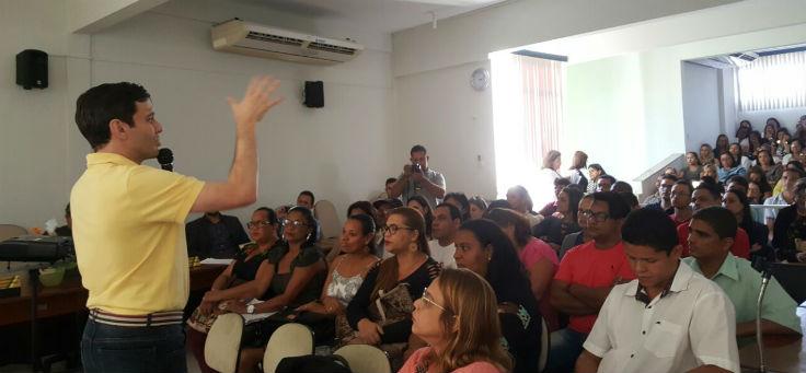 O coordenador do projeto no Brasil, Rubem Saldanha, fala com professores e gestores do projeto Aula Digital