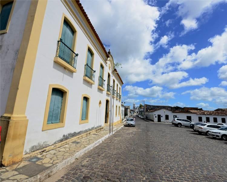 Centro histórico da cidade de São Cristóvão, em Sergipe. A rua é de paralelepípedos e há casões antigos