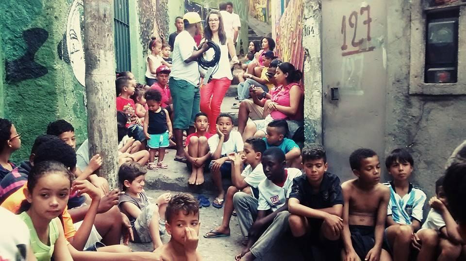 Crianças sentadas em viela