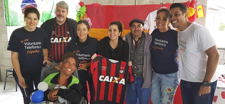 Representantes do clube Atlético Paranaense presentearam a escola 29 de Março com camisa oficial, durante o Vacaciones Solidárias da Fundação Telefônica Vivo