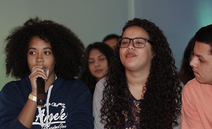 Ex-alunos da EM André Urani durante bate-papo no painel