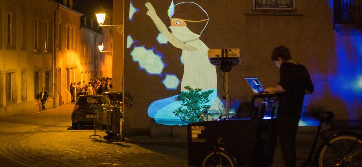 Imagem mostra projeção de imagens pelas bicicletas chamadas suaveciclos