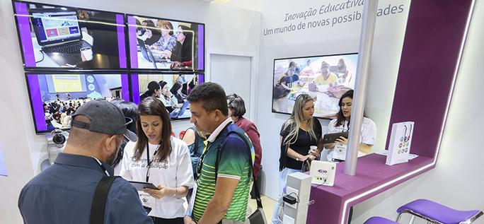 Visitantes do 16º Fórum Nacional dos Dirigentes Municipais de Educação experimentam as ferramentas digitais da Fundação Telefônica Vivo