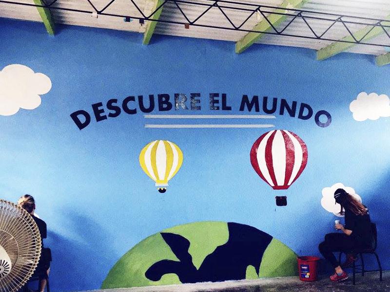 Escola Molino de Carmen, no Peru, tem parede pintada com nuvens e arco-íris
