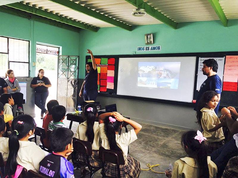 Voluntários dão aula da escola Molino de Carmen, no Peru