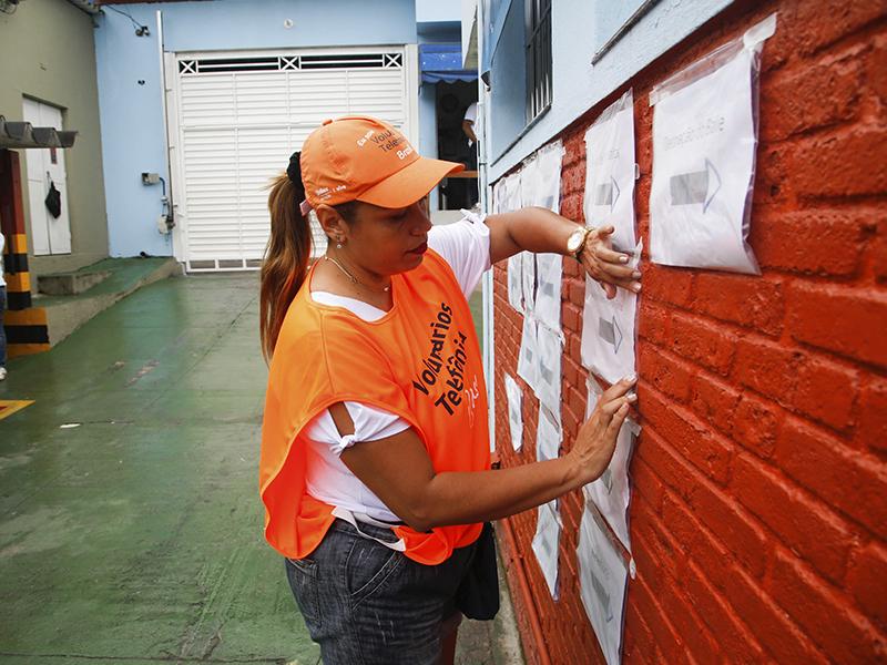 Voluntária preenche mural do Nosso Lar_Dia dos Voluntários