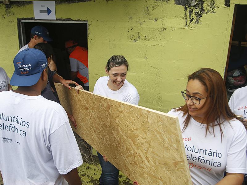Voluntários carregam placas no Nosso Lar_Dia dos Voluntários