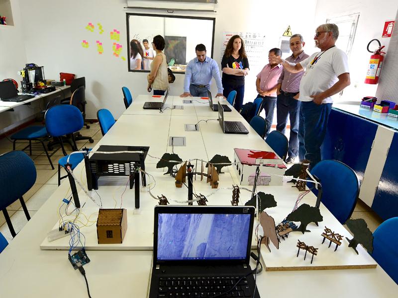 Sala de informática com computadores do Lab Maker Arrastão