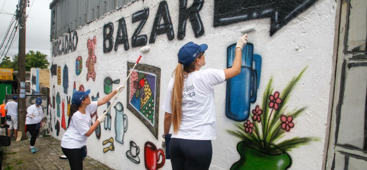 Voluntários pintam muro da ONG Nosso Lar