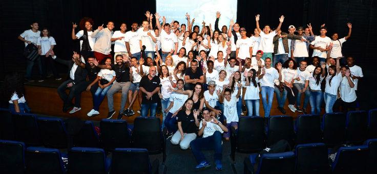 Eduardo Lyra posa junto com jovens no palco